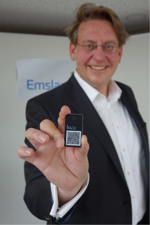 Landrat Burgdorf zeigt einen der luca-Schlüsselanhänger, die jetzt kostenlos im Emsland erhältlich sind. (Foto: Landkreis Emsland)