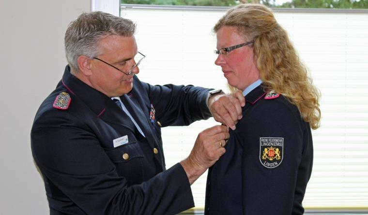 Hohe Auszeichnung für eine emsländische Feuerwehrfrau - Jessica Koch mit dem Feuerwehrehrenzeichen am Bande geehrt - Foto: Jens Menke
