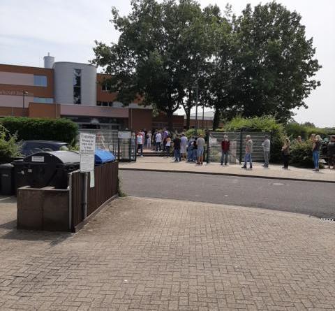 Foto Landkreis Grafschaft Bentheim – Warteschlange für die Impfaktion vor der Gewerblich Berufsbildenden Schule in Nordhorn