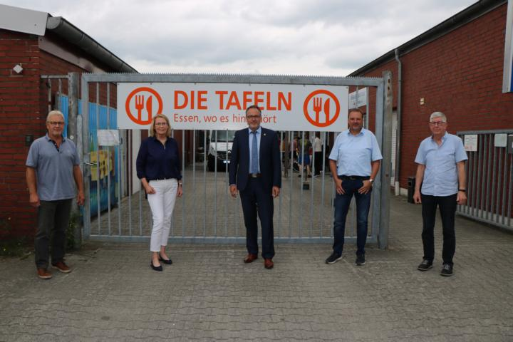 Maria Jahn (2. v. l.), 1. Vorsitzende der Meppener Tafel, sowie Vorstandsmitglieder Alfons Holt (rechts) und Dieter Schlömer (links) führen Bürgermeister Helmut Knurbein (Mitte) und Andreas Pothen (2. v. r.), Fachbereichsleiter Arbeit und Soziales, durch die Räume der Meppener Tafel. Foto: Stadt Meppen