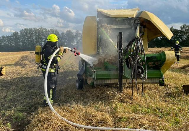 Ballenpresse brennt – Aschendorfer Feuerwehr führt Nachlöscharbeiten durch - Foto: Stadt Papenburg / Feuerwehr