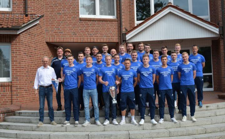 Mannschaftsbild vor dem Rathaus. Die erste Fußball-Herrenmannschaft des SV Groß Hesepe 2021 mit dem Emslandkreispokal. Foto: Gemeinde Geeste