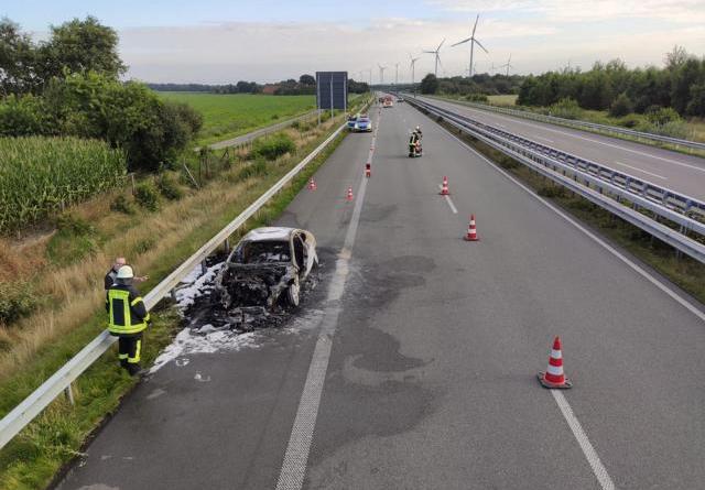 PKW fängt während der Fahrt an zu brennen- Feuerwehren aus Heede und Dersum auf der Autobahn 31 im Einsatz- - Foto: SG Dörpen / Feuerwehr