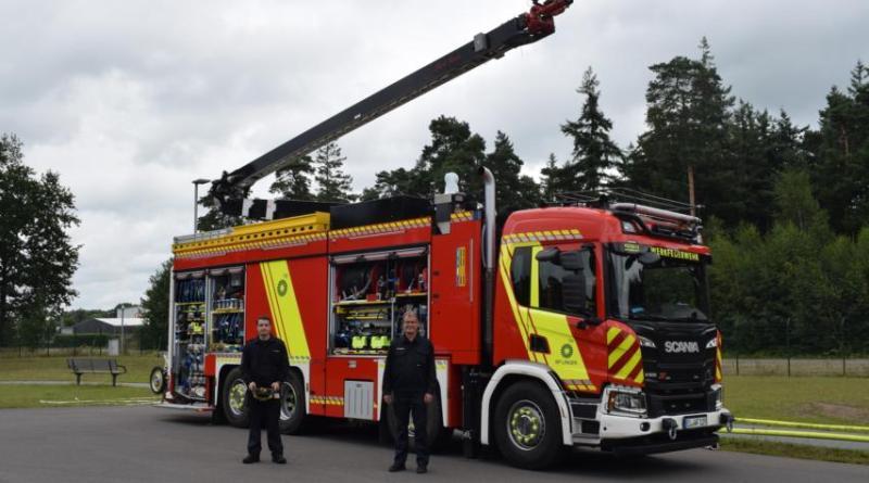 Sie zeigen große Begeisterung für ihr neues Löschfahrzeug (v. r.): Martin Hamfeld, Leiter der Werkfeuerwehr bei bp in Lingen, und Feuerwehrmann Julian Schulz. Foto: BP Lingen