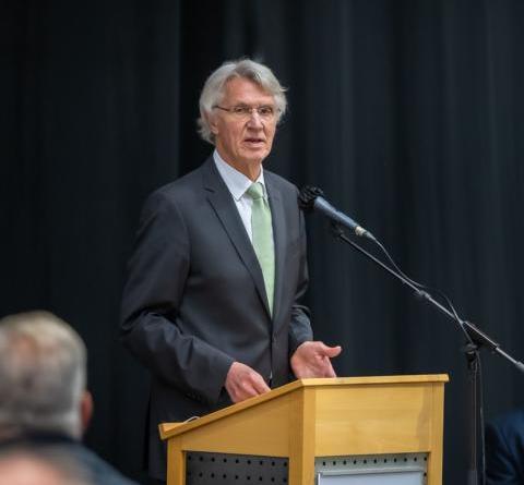 Der scheidende Erste Bürgermeister Heinz Tellmann bei seiner Abschiedsrede vor dem Lingener Stadtrat (Foto: Helmut Kramer).