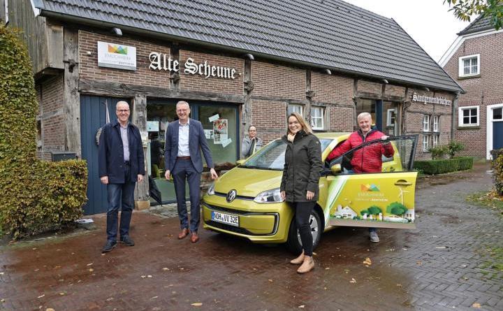 Goldener Elektroflitzer für den VVV - NVB stellt E-Auto für drei Jahre zur Verfügung - Foto: Gemeinde Emlichheim