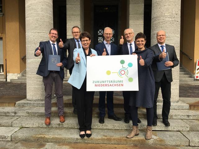 Bürgermeister Helmut Höke (Mitte) freute sich über die Förderzusage. Foto: Amt für regionale Landesentwicklung Weser-Ems Dezernat 2