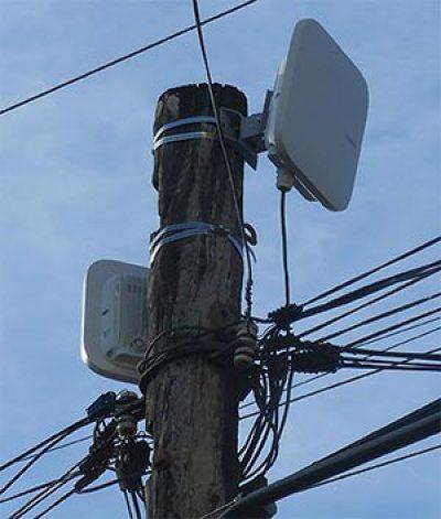 Antenas de un punto de acceso Wi-Fi en un poste telefónico