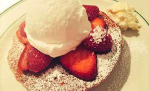 全粒粉パンケーキ ホイップクリーム&ストロベリー