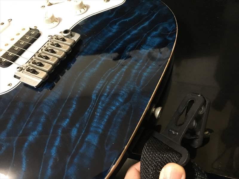 SURE-LOCK をギターに取り付けます。 SURE-LOCK SL-1600/SL-POLY のギターストラップが安くて使いやすく外れにくい!プロもオススメのストラップ。