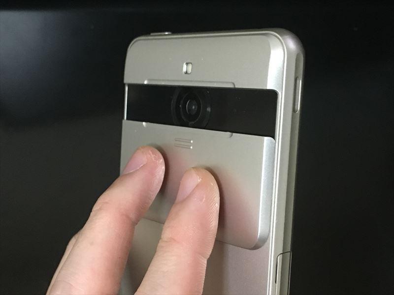 スライドさせるだけでカメラ画面が表示 【徹底レビュー】BASIO2は親にオススメのスマホ!文字も大きくシニア世代にも使いやすく簡単操作。