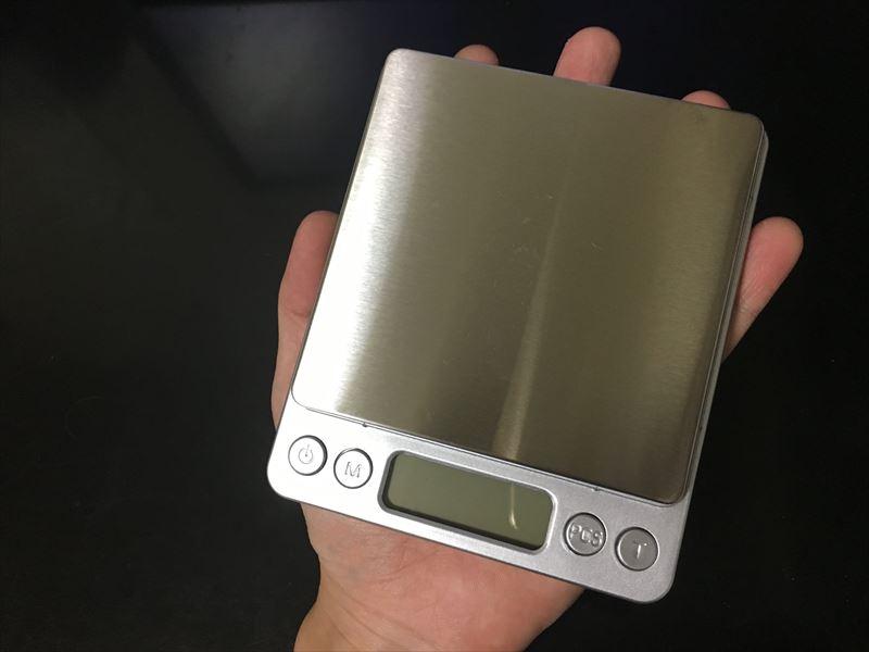 手のひらサイズ このデジタルスケールは小さくて軽い 【徹底解説】デジタルスケール 電子はかりが超便利! 0.1g~3000gまで測れる小さくて軽い一台は持っておきたい計り!キッチンスケールにも使えます。