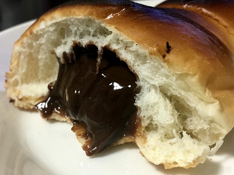 チョココロネをトースターで焼くととろっとろのチョコにカリカリのパン 【オススメ】チョココロネをトースターで焼いたらとろっとろのチョコにカリカリのパンになって美味しかった!!
