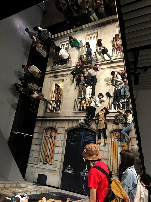 壁 レアンドロ・エルリッヒ展が体験できる美術展でトリックアート・錯覚好きにオススメ!