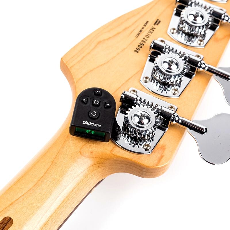 PW-CT-21はベースやウクレレにも使えます 【徹底解説】ダダリオNS Micro Clip Free Tuner PW-CT-21がスゴイ! ヘッド裏に隠れる目立たないチューナー。 大村孝佳さんも藤岡幹大さんのギターで愛用!