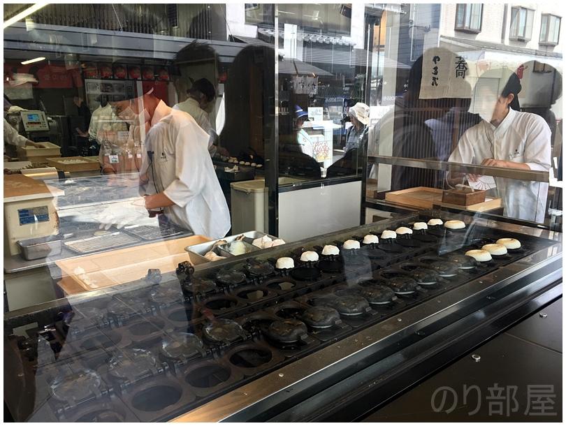 「やす武」さんで梅が枝餅を買うことに。観光客に人気! 【福岡観光】初めて行く人にオススメの行って欲しいコース。見ておくべき場所と美味しい食べ物! 【福岡観光】初めて行く人にオススメの行って欲しいコース。見ておくべき場所と美味しい食べ物!