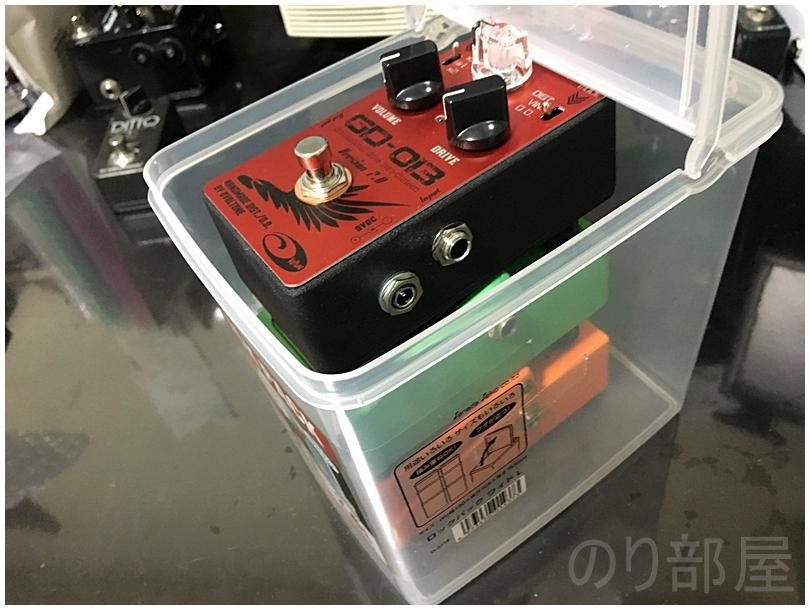 コンパクトエフェクターを100均のフタ付きタッパー「ロックパックワイドL 2.6L」に収納してみた! 【徹底紹介】エフェクターを収納するのに最適な方法!キレイに片づけホコリも被らないで取り出しやすいしまい方。ギター・ベースユーザーにおススメです!【エフェクタータッパー】