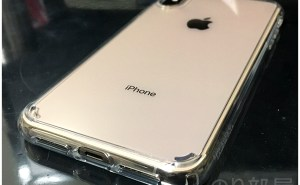 SpigenのiPhone XS Max スマホケースの外側のシールも剥がします【徹底解説】iPhone XS Max スマホケースは「Spigen ウルトラ・ハイブリッド」がオススメ! クリアで衝撃に強く傷もつかないリングも付けやすい安心のブランド!【徹底解説】iPhone XS Max スマホケースは「Spigen ウルトラ・ハイブリッド」がオススメ! クリアで衝撃に強く傷もつかないリングも付けやすい安心のブランド!