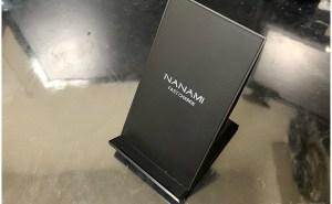 NANAMI ワイヤレス充電器 Qi急速スタンド式の本体周り 【実測】NANAMI ワイヤレス充電器がQi 急速充電できて便利過ぎる! セット 「QC 3.0アダプター付属」 で高速充電でオススメ!スタンド式で通知確認も楽!【徹底解説】