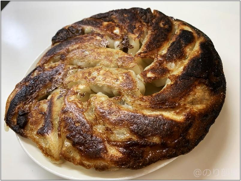 冷凍餃子 大阪王将 羽根つき餃子 が簡単に焼けたのでお皿に移します。【徹底紹介】「大阪王将羽根つき餃子」が安くて美味しくてオススメ!冷凍食品のギョーザがコスパも良く油いらず水いらずで料理下手な人も作れて凄すぎて衝撃。〜作り方・口コミ・評価〜