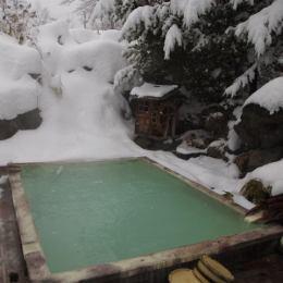 温泉民宿唐松荘の冬の露天風呂
