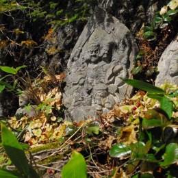 摩利支天石像の石像群