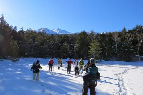 凍った牛留池をスノーシ
