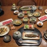 和食主体で、旬の食材・地の食材をふんだんに使った手作りの料理