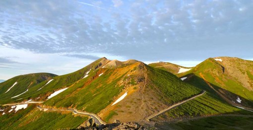 朝日を浴びる乗鞍岳