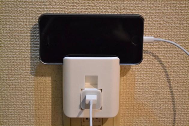 100円ショップSeriaで見つけたiPhone用の電源アダプタホルダーにiPhoneを載せる2