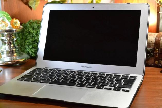 MacBook Airのブラックケースを装着した状態で開く
