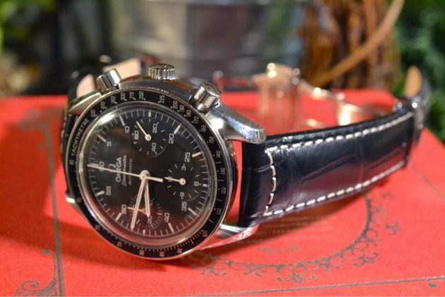 腕時計の黒革ベルト