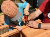 Gärtnern mit Kindern – Dreamteam beim Hochbeet-Aufbau: Merlin, Papa & der Akkuschrauber