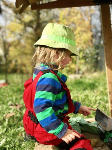 Die Arbeitshose aus dem Naturkindergarten ist auch praktisch im eigenen Garten