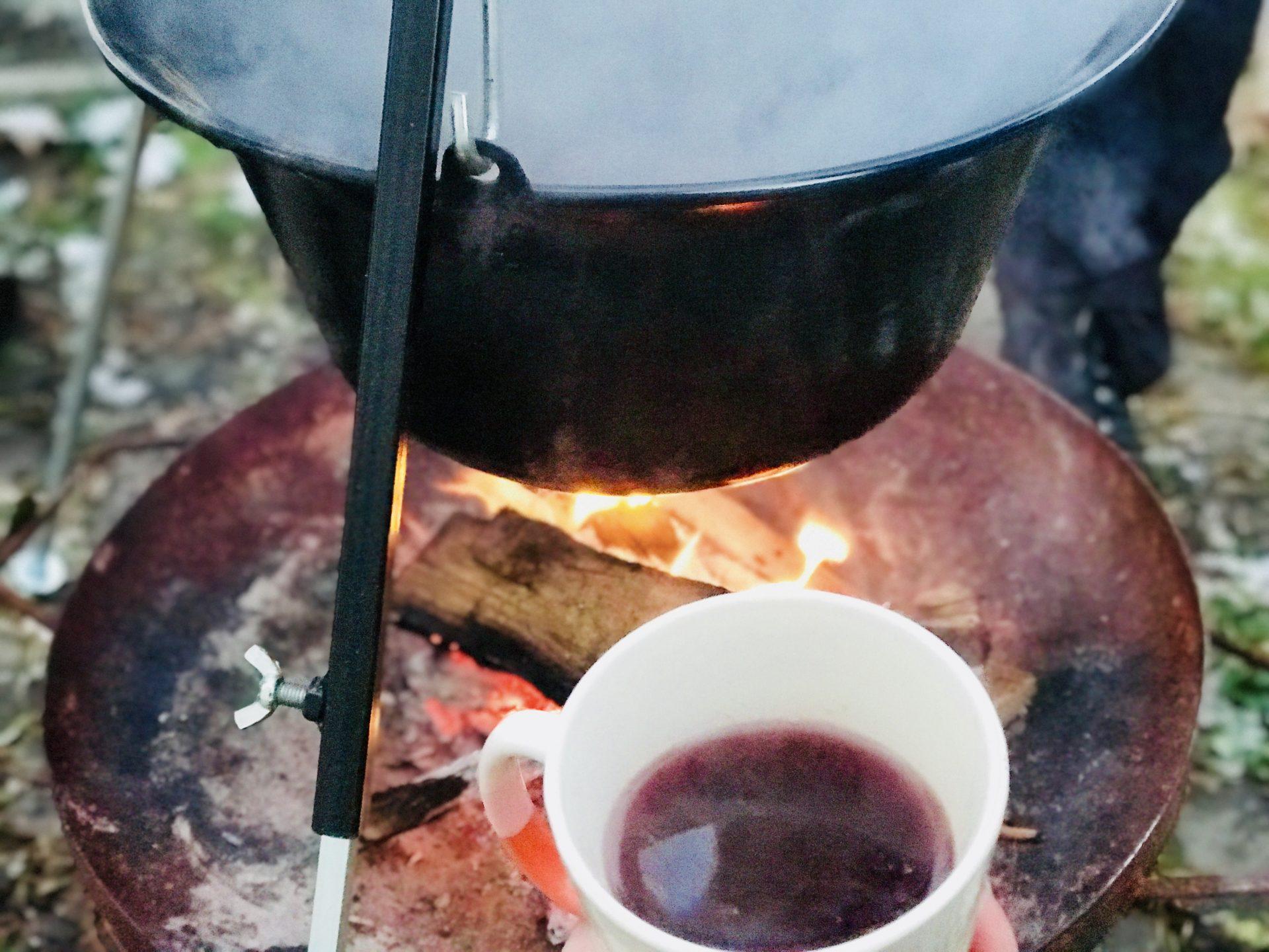 Burgunderpunsch im Garten auf dem Feuer