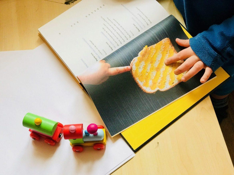 Familienglück am Familientisch – Merlin mit dem Buch Essen kommen von Jesper Juul