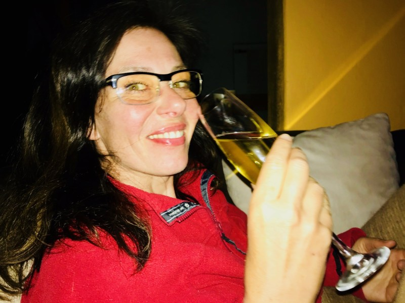 Risky Week 17 – RiskyMum trinkt ein Glas Sekt auf ihren Reportagepreis