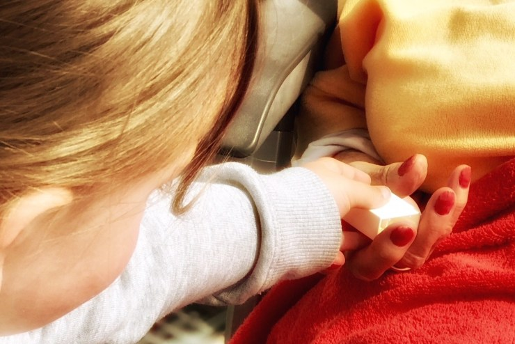Liebe – Merlin gibt seiner Urgroßmutter einen Legostein