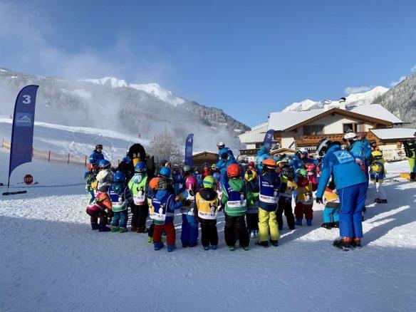Skiurlaub_mit_Kind-spielen-in-der-Skischule