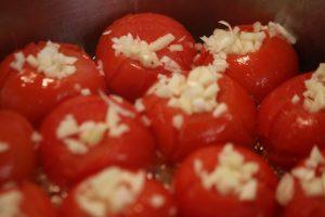 Tomatensosse selber machen – Tomaten im Topf