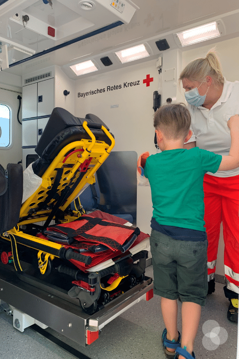 Merlin stellt Fragen im Krankenwagen zur Technik