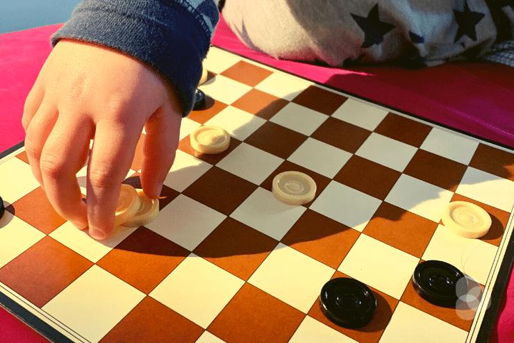 Merlin setzt einen weißen Dame-Stein