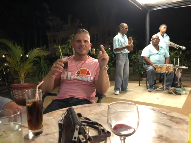 sigaar, cuba libre en muziek in Cienfuegos