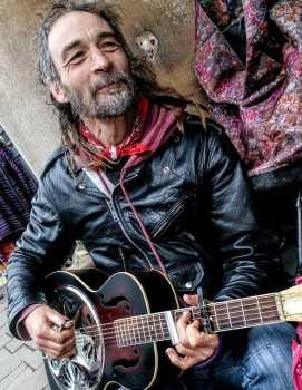 Pok Busking Glastonbury High St photo by Vicki Steward