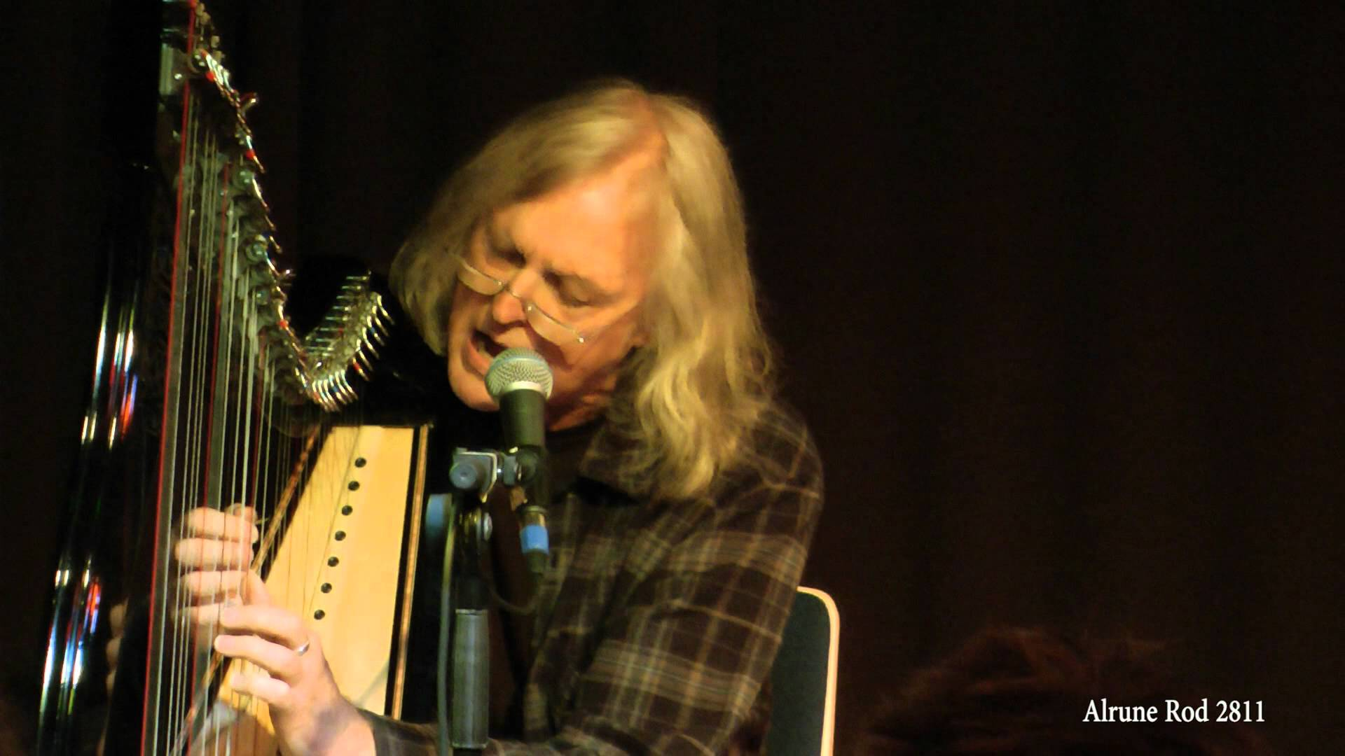 Robin Williamson playing harp