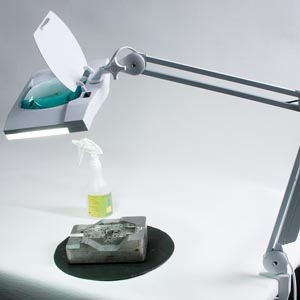 arbetslampa med förstoringsglas