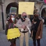 En Montehermoso protestan contra el cierre de sus negocios