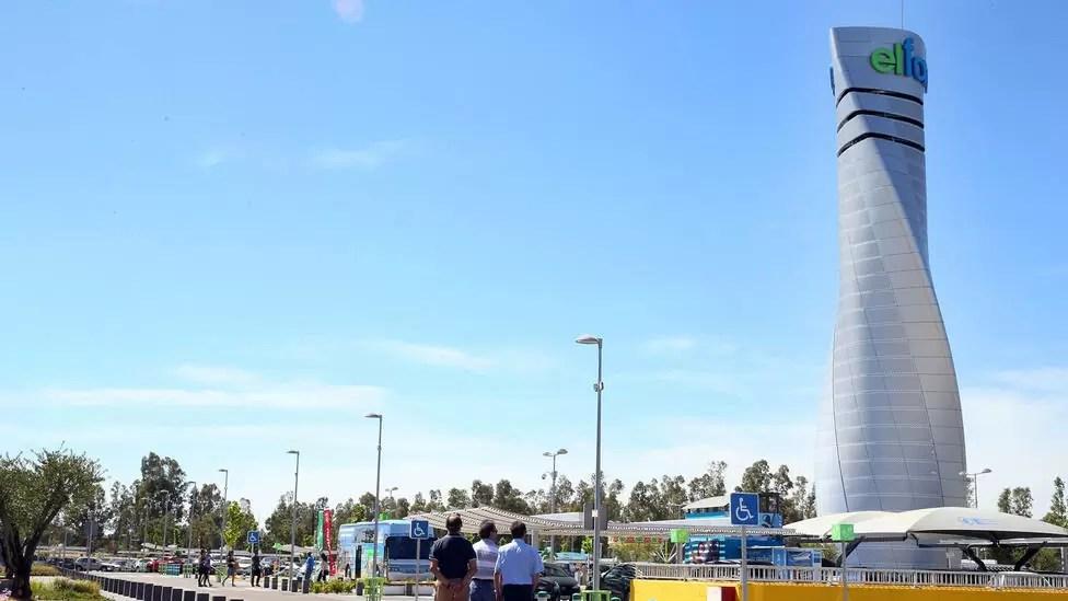 Incendio de un vehículo en el centro comercial el faro