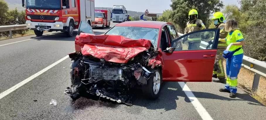 Accidente con 2 heridos uno grave en la UCI en la variante de Plasencia