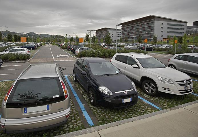 платная синяя разметка парковки в Италии